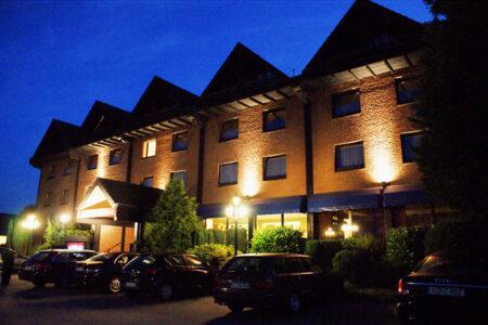 Außenansicht PP-Hotel Grefrather Hof in Grefrath bei Dämmerung