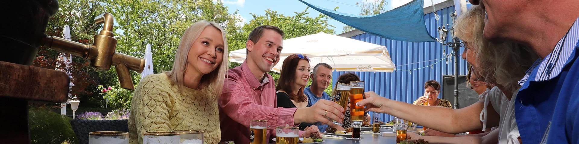 Gruppe isst gemeinsam in einem Biergarten in Grefrath