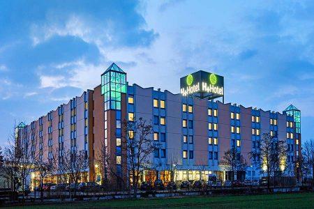 Außenansicht H+ Hotel Leipzig-Halle in Halle bei Dämmerung