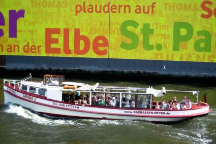 Schiff macht Hafenrundfahrt in Hamburg