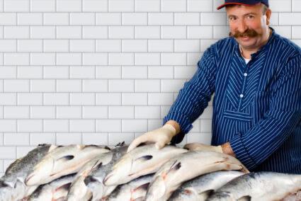 Fischhändler verkauft frische Fische in Hamburg