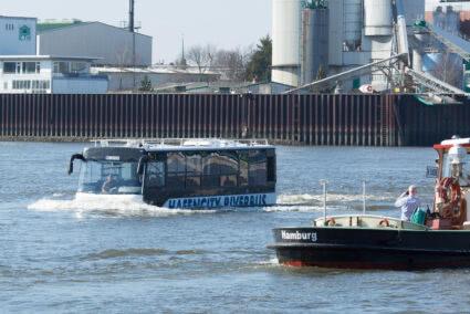 Hafencity Riverbus fährt durch den Hafen in Hamburg