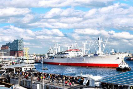 Großes Schiff im Hamburger Hafen am Hafengeburtstag