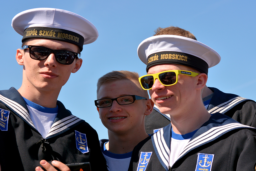Vier Jungs als Matrosen verkleidet auf dem Hamburger Hafengeburtstag