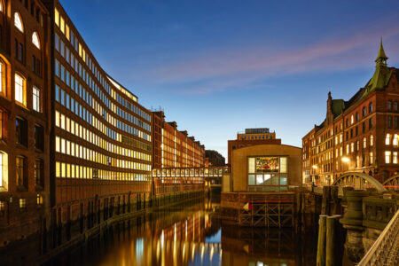 Außenansicht Ameron Hotel Speicherstadt in Hamburg bei Dämmerung