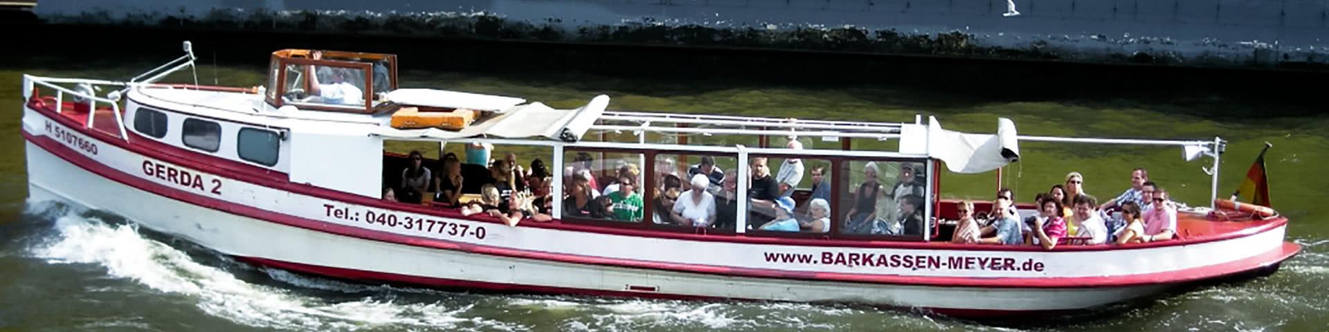 Schiff auf Hafenrundfahrt in Hamburg