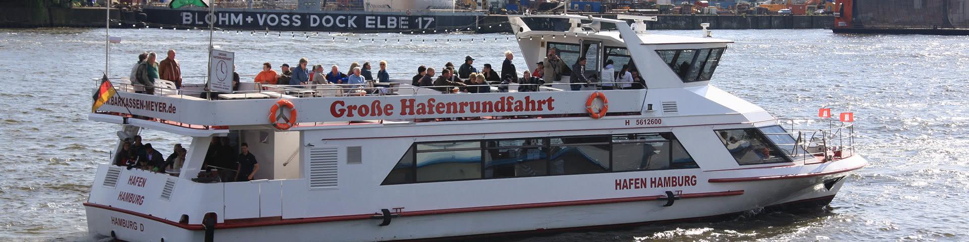 Schiff macht Hafenrundfahrt im Hamburger Hafen