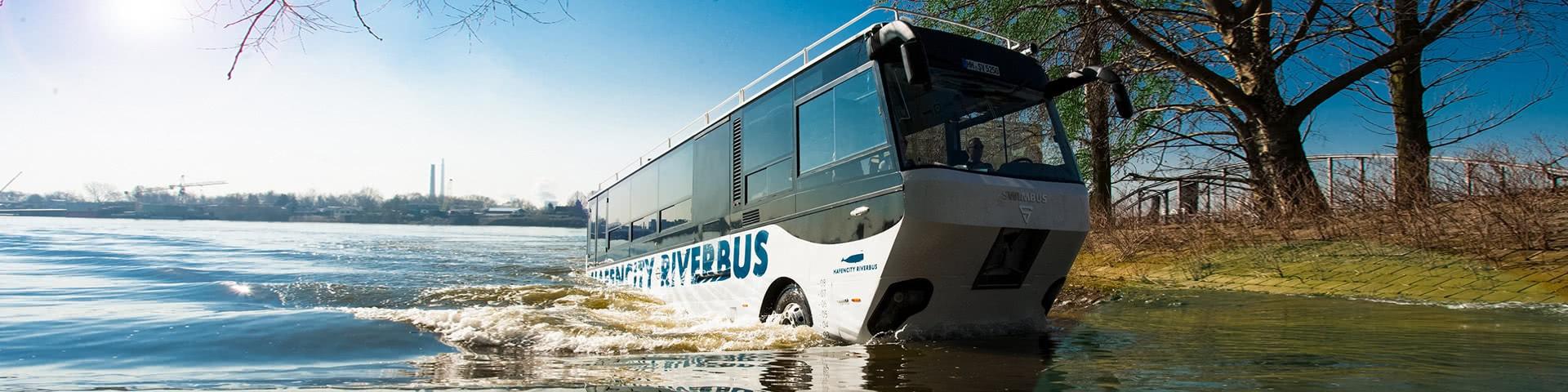 Hafencity Riverbus fährt aus dem Wasser raus aufs Land
