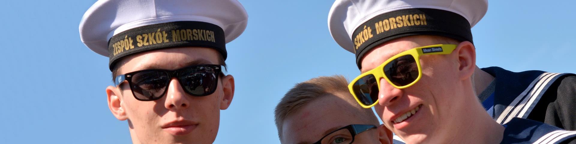 Vier als Matrosen verkleidete Jungs auf dem Hamburger Hafengeburtstag