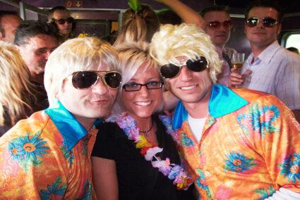 Gesseligkeit im Partyzug zur Hamburger Schlagerparty