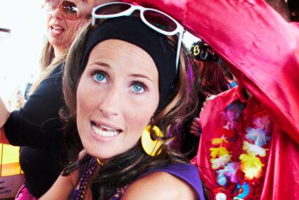 Verkleidete Frau auf der Schlagerparade in Hamburg