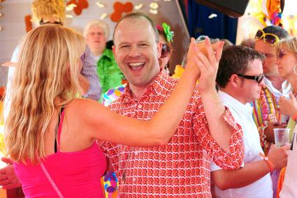 Tanzende Menschen auf der Schlagerparty in Hamburg