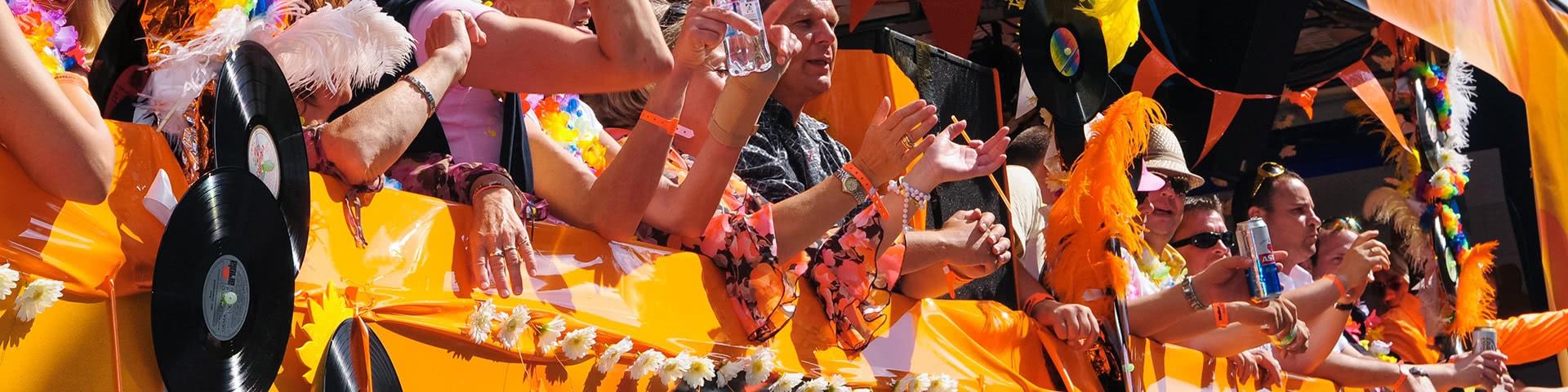 Mesnchen feiern auf einem Schlagertruck auf der Schlagerparty in Hamburg