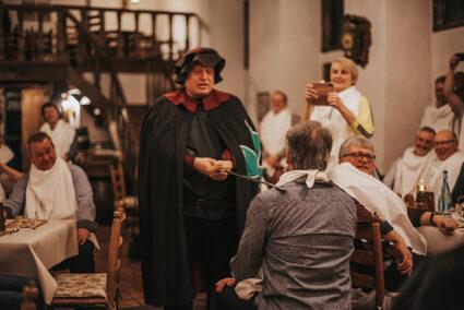 Teilnehmer beim Ritteressen bekommt einen Ritterschlag in Haselünne