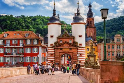 Das berühmte historische Brücken-Tor in der Altstadt von Heidelberg