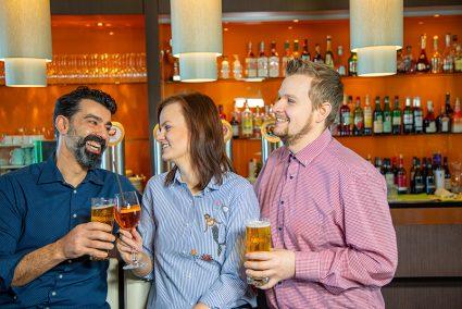 Gruppe trinkt gemeinsam etwas an der Hotelbar in Bremen-Hemelingen