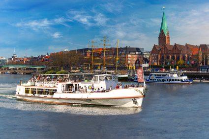 Volles Passagierschiff auf der Weser vor der Bremer Altstadt