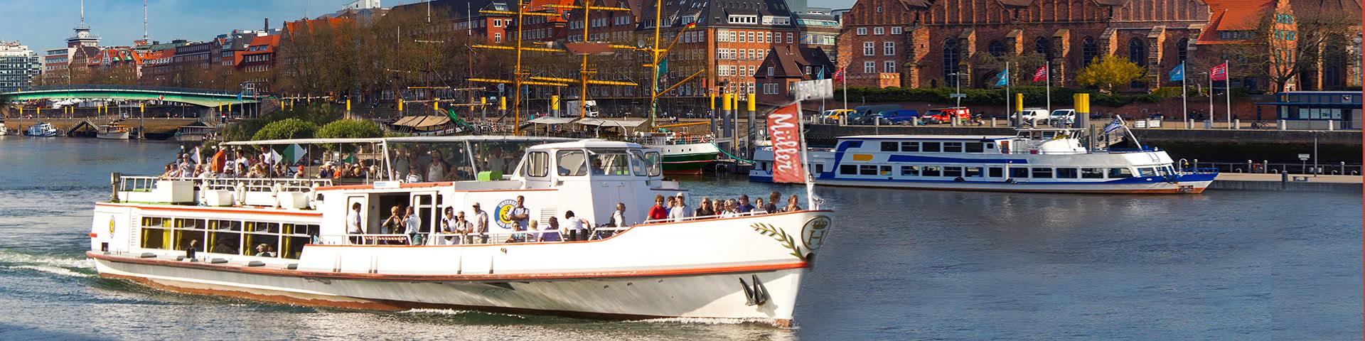 Volles Passagierschiffer auf der Weser in der Bremer Altstadt