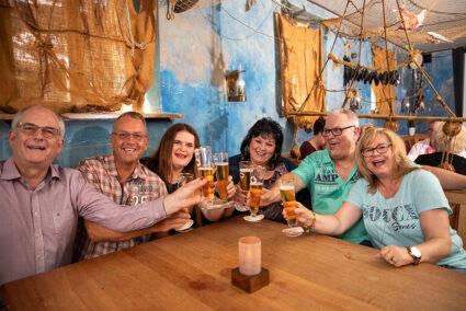 Gruppe trinkt gemeinsam Bier in der Tanzbar