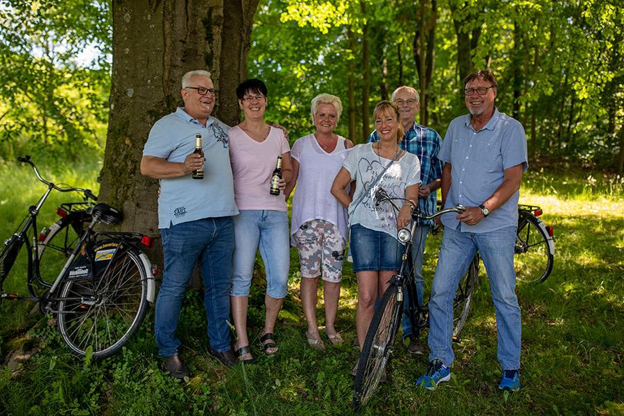 Gruppe macht Pause von einer Radtour am Hennesee