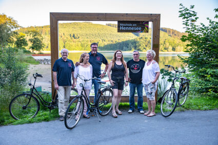 Gruppe macht Pause von Radtour an einem XXL-Fotorahmen am Hennesee