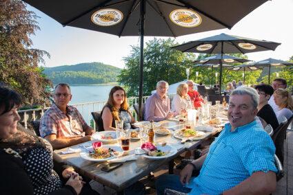 Geselliges Abendessen auf der Terasse mit Blick auf den Hennesee