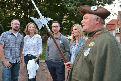 Gruppe macht Nachtwächtertour in Jever