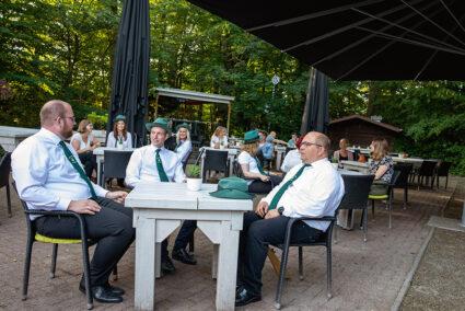 Schützen sitzen gesellig zusammen in einem Biergarten in Jever