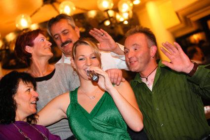 Fröhliche Gruppe beim Karaoke singen