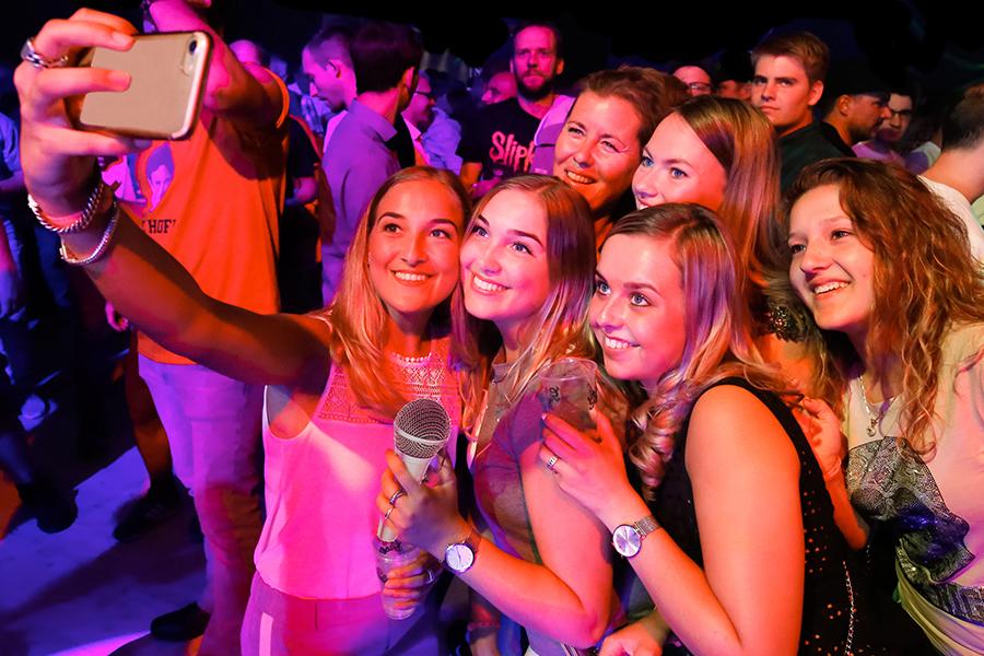 Frauengruppe macht ein Selfie bei einer Party in Kalkar