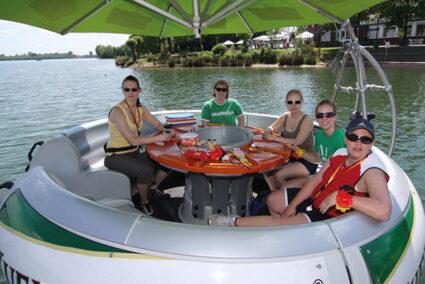 Gruppe auf einem Donut auf der Xantener Südsee