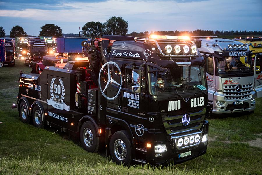 Große beleuchtete Trucker beim Truckerfestival in Kalkar