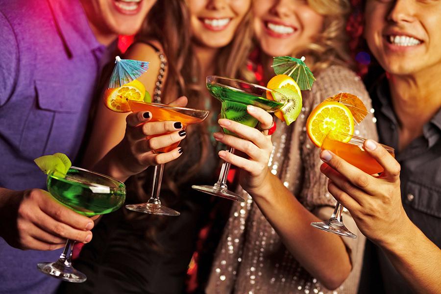 Gruppe trinkt geminsam Cocktails in Kalkar
