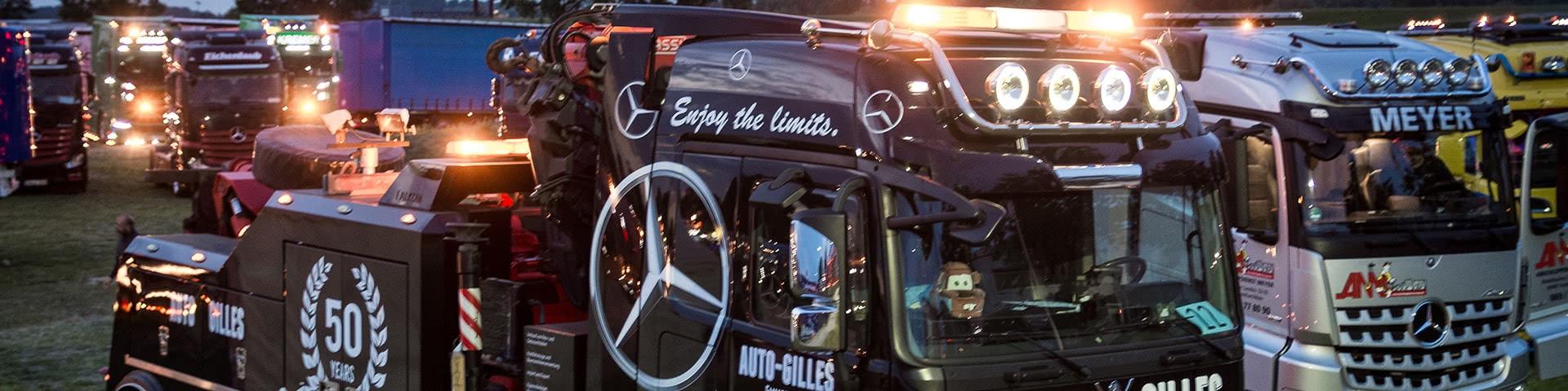 Große beleuchtete Trucks beim Truckerfestival in Kalkar