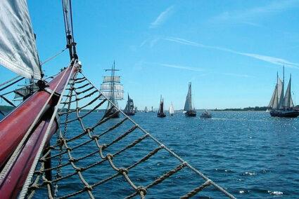 Viele Segelschiffe vor Kiel während der Kieler Woche