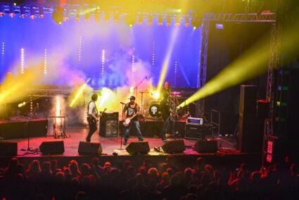Band tritt im Musikzelt auf der Kieler Woche auf