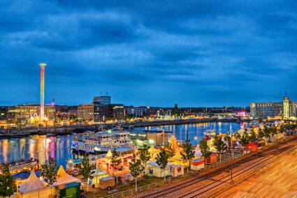Kieler Woche am Hafen in Kiel bei Dunkelheit