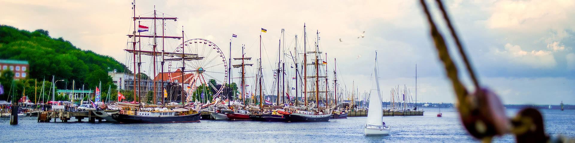 Panoramablick auf den Kieler Hafen während der Kieler Woche