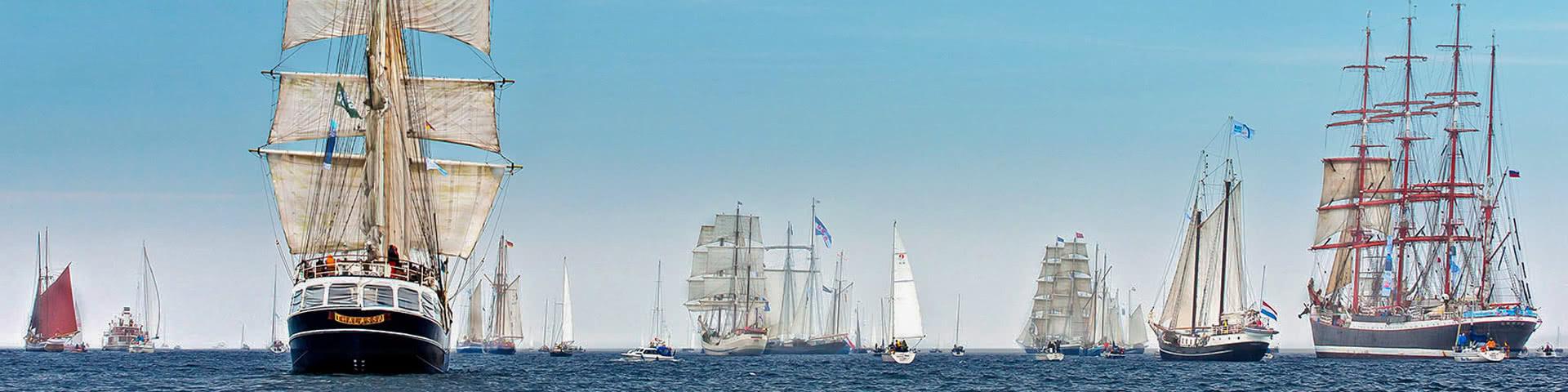 Viele große Schiff auf See vor Kiel während der Kieler Woche