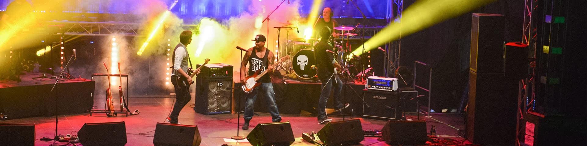 Auftritt einer Band im Musikzelt auf der Kieler Woche