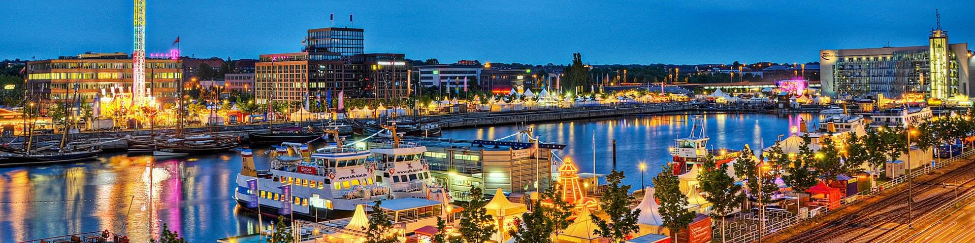 Beleuchteter Hafen während der Kieler Woche