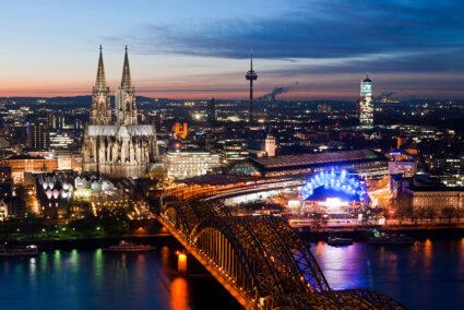 Luftansicht auf die beleuchtete Altstadt in Köln