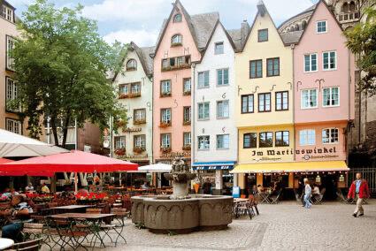 Bunte Häuserreihe in der Altstadt von Köln
