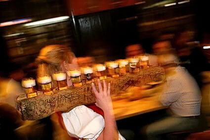 Kellnerin mit einer mit Kölsch in Bier