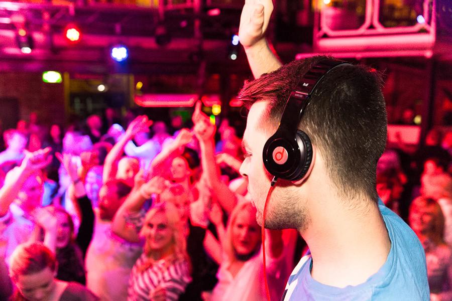DJ macht Party in der Winer Steffi in Köln