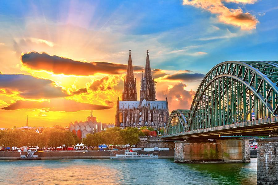 Blick auf den Kölner Dom und die Hohenzollern-Brück in Köln bei Sonnenuntergang