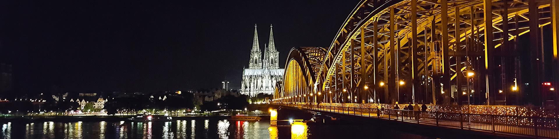 Panoramablick auf die Altstadt von Köln bei Dunkelheit