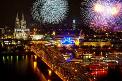 Buntes Feuerwerk über dem Rhein bei den Kölner Lichtern