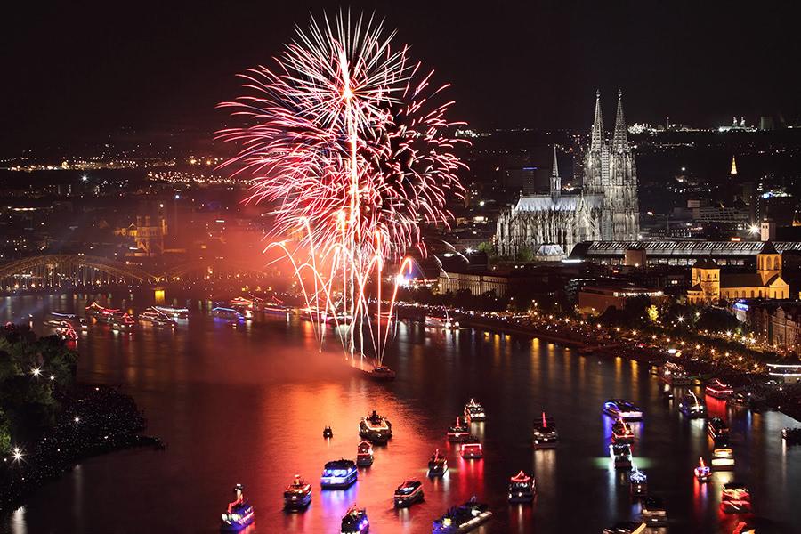 Feuerwek auf dem Rhein bei der Veranstaltung Kölner Lichter