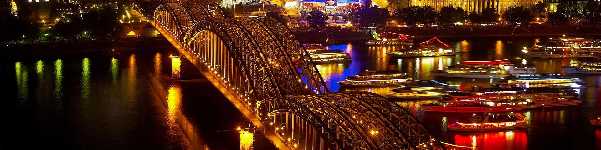 Viele beleuchtete Schiffe auf dem Rhein bei den Kölner Lichtern